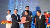 Bà Đỗ Thị Kim Liên, Chủ tịch HĐQT AquaOne nhận quyết định đầu tư từ Chủ tịch UBND Tỉnh Hòa Bình, ông Nguyễn Văn Quang. Ảnh: Aqua One