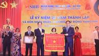 Ủy viên Bộ Chính trị, Phó Thủ tướng Chính phủ Vương Đình Huệ  trao cờ Thi đua của Chính phủ cho Ngân hàng SHB