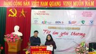 Cục trưởng Cục QLĐT Nguyễn Đăng Trương trao 80 triệu đồng hỗ trợ xây dựng bếp ăn tập thể Trường Mầm non xã Đồng Giáp. Ảnh: Hà Thắng
