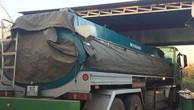 Cơ quan chức năng tiến hành tạm giữ chiếc xe bồn chở xăng không rõ nguồn gốc (ảnh B.N)