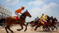 Nài ngựa luyện tập tại trường đua ngựa Đại Nam, tỉnh Bình Dương.