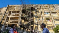 Hàng trăm hộ dân sống trong hai chung cư chờ sập ở Sài Gòn