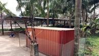 2 cây sưa sau khi chặt hạ thu được 31 khúc gỗ với đường kính lớn nhỏ khác nhau, được đưa toàn bộ vào chiếc container khóa chặt được rào kín bằng dây thép trước sân nhà văn hóa thôn. Ảnh: Laodong
