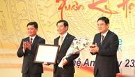 Lãnh đạo tỉnh Nghệ An trao Giấy chứng nhận đăng ký đầu tư cho Công ty CP Tập đoàn Vingroup, Chủ đầu tư dự án Cải tạo khu B - Khu Quang Trung, TP Vinh, tỉnh Nghệ An, có tổng mức đầu tư 1.933 tỷ đồng.