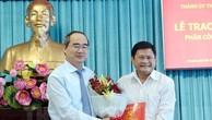 Bí thư Thành ủy TP HCM trao quyết định cho ông Huỳnh Cách Mạng. Ảnh: Website Thành ủy TP HCM.