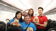 Hành khách trên các chuyến bay nhận được những món quà xinh xắn từ Vietjet.