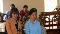 Hai bị cáo Nguyễn Thị Hoa và Phạm Thị Tuyết Hoa (từ bên trái qua)