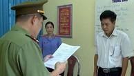 Trước đó, Ông Trần Xuân Yến, phó giám đốc Sở GD-ĐT tỉnh Sơn La (áo trắng), nghe tống đạt quyết định khởi tố bị can.