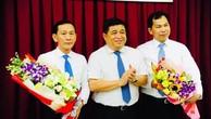 Bộ trưởng Bộ Kế hoạch và Đầu tư Nguyễn Chí Dũng (đứng giữa) tặng hoa cho ông Lê Quang Mạnh (bìa phải) và ông Võ Thành Thống (bìa trái).