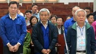 Cựu Chủ tịch GPBank Tạ Bá Long (giữa) tại phiên xử hồi tháng 12/2017.