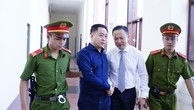 Phan Văn Anh Vũ được dẫn tới tòa từ rất sớm.