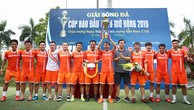 Tổng biên tập Đỗ Xuân Khánh trao Cup vô địch cho đội Ngân hàng TMCP Sài Gòn - Hà Nội (SHB). Ảnh: Lê Tiên