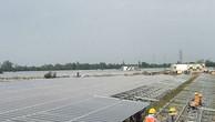 Công nhân lắp những tấm pin điện mặt trời cuối cùng tại một dự án điện mặt trời ở Long An.