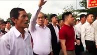 """Đứng trước cổng trụ sở Công an thị xã Phú Mỹ, hàng chục nhân viên địa ốc Alibaba liên tục hô to """"thả người"""" theo khởi xướng của ông Nguyễn Thái Luyện - Tổng Giám đốc công ty."""