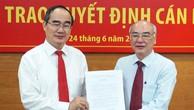 Bí thư Thành ủy TP HCM Nguyễn Thiện Nhân trao quyết định cho ông Phan Nguyễn Như Khuê.