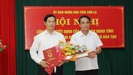 Phó chủ tịch tỉnh Lê Hồng Minh trao quyết định bổ nhiệm cho ông Nguyễn Huy Hoàng (trái). Ảnh: Báo Sơn La