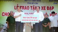 Thứ trưởng Bộ KH&ĐT Nguyễn Văn Hiếu trao tặng 50 xe đạp cho học sinh vượt khó học giỏi của tỉnh Bến Tre. Ảnh: Văn Huyền