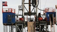 Giá dầu chốt tháng tăng đầu tiên kể từ tháng 10/2015