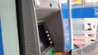 """Thấy gì từ việc NHNN """"tuýt còi"""" vụ tăng phí ATM?"""