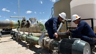 Công nhân làm việc trên một mỏ dầu ở vùng Permian, bang Texas, Mỹ - Ảnh: Reuters.