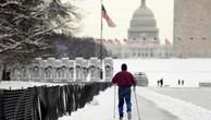 Một người trượt tuyết di chuyển về phía tòa nhà Quốc hội Mỹ trên Đồi Capitol ở Washington hôm 14/1, ngày đóng cửa thứ 24 của Chính phủ Mỹ - Ảnh: Reuters.