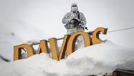 Một viên cảnh sát đứng gác trên nóc một khách sạn ở Davos hô 21/1 - Ảnh: Getty/Huffington Post.
