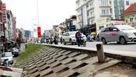 Trục đường từ Khách sạn Thắng Lợi đến cầu Nhật Tân còn nhiều đoạn đường nhỏ hẹp, chênh cao lớn, mất an toàn giao thông. Ảnh: Phan Linh