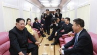 Ông Kim Jong-un bên trong đoàn tàu đặc biệt phục vụ các chuyến công du của các nhà lãnh đạo Triều Tiên (Ảnh: KCNA)
