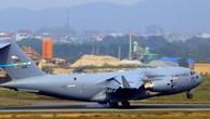 Một chiếc C-17 Globemaster III trên đường băng sân bay Nội Bài hôm 20/2. Ảnh:Bá Đô.