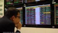 Nhà đầu tư theo dõi giao dịch tại sàn giao dịch Công ty Chứng khoán Vietcombank. (Ảnh: Tuấn Anh/TTXVN)