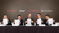 Từ trái qua phải: Hiroyuki Wakabayashi (Denso), Eric Meyhofer (Uber ATG), Dara Khosrowshahi (CEO của Uber), Shigeki Tomoyama (Toyota) và Ervin Tu (SoftBank Vision Fund) tại lễ ký kết đầu tư ngày 18/4 - Ảnh: Uber.
