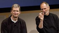 Tim Cook (trái)và Steve Jobs trong một sự kiện. Ảnh:CNBC