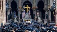 Khung cảnh đổ nát bên trong nhà thờ Đức Bà Paris sau vụ hỏa hoạn tối 15/4. Ảnh:AFP.