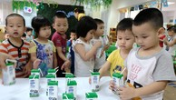 Các em học sinh hào hứng trong giờ uống sữa học đường. Ảnh: Phạm Hùng