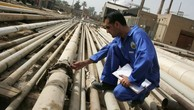 Một công nhân làm việc tại nhà máy lọc dầu Daura ở Iraq - Ảnh: Getty/CNBC.
