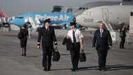 Các phi công đi dạo tại Paris Air Show năm nay. Ảnh:Bloomberg
