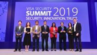 Đại diện Tổ chức thẻ quốc tế Visa, Vietcombank cùng một số đơn vị được trao thưởng tại buổi lễ