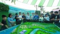 Khách tham quan sa bàn Aqua City- Dự án đầu tiên được phát triển theo mô hình Đô thị sinh thái trong chuỗi BĐS Khu đô thị vệ tinh của Novaland