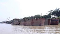 Bắt giữ tàu khai thác cát trái phép gần điểm xung yếu đê sông Hồng ở Khoái Châu, Hưng Yên. Ảnh minh họa: TTXVN