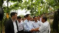 Phó Thủ tướng Vương Đình Huệ trò chuyện với hộ nông dân thôn Hà Thanh. Ảnh: VGP