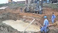 Các công nhân khắc phục sự cố trong một lần đường ống cấp nước sông Đà bị vỡ - Ảnh: Q.Thế