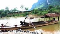 Các tàu, thuyền hút cát trái phép trên sông Lô đoạn qua thị trấn Vĩnh Tuy, huyện Bắc Quang. Ảnh: TTXVN.