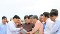 Phó Thủ tướng Trịnh Đình Dũng nghe báo cáo tình hình triển khai xây dựng một số đoạn đê, kè biển tại Cà Mau. Ảnh: VGP