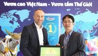 """Đại diện của Kantar World Panel trao chứng nhận """"Thương hiệu số 1 Việt Nam"""" cho Ông Phan Minh tiên – Giám đốc điều hành Vinamilk."""