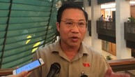 Đại biểu Lưu Bình Nhưỡng trả lời báo chí bên hành lang Quốc hội.
