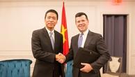 Ông Lê Hồng Minh, Tổng giám đốc VNG và ông McCooey, Phó chủ tịch NASDAQ, trong lễ ký kết bản ghi nhớ chiều 29/5.