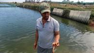 Một nông dân bên đìa nuôi tôm có tôm bị chết tại khu vực xã Cam Thành Bắc, huyện Cam Lâm (Khánh Hòa).