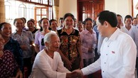 Phó Thủ tướng Vương Đình Huệ thăm hỏi cử tri tại cuộc tiếp xúc. Ảnh: VGP