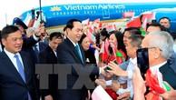 Cán bộ, nhân viên Đại sứ quán Việt Nam và đại diện cộng đồng người Việt Nam tại Cộng hoà Belarus đón Chủ tịch nước Trần Đại Quang và Phu nhân tại sân bay quốc tế Minsk. Ảnh: TTXVN
