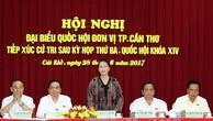 Chủ tịch Quốc hội Nguyễn Thị Kim Ngân và các ĐBQH thuộc đơn vị TP. Cần Thơ tiếp xúc cử tri một số xã, phường của huyện Vĩnh Thạnh và quận Ninh Kiều. Ảnh: TTXVN